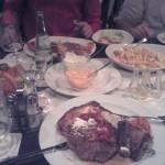 Tisch gedeckt mit Speisen